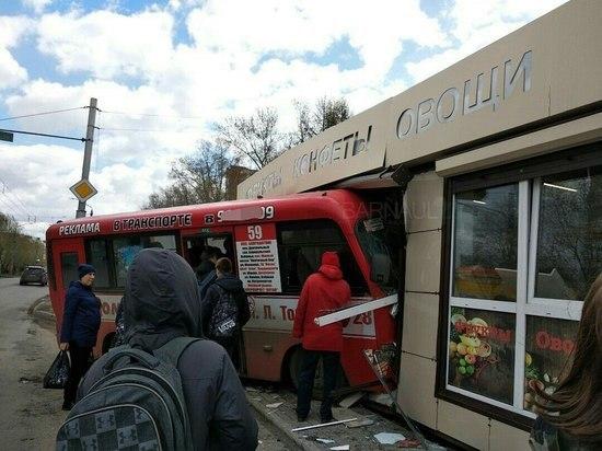 Маршрутный автобус врезался вкиоск сфруктами вБарнауле