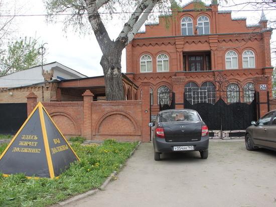 В Самаре у дома неплательщика установили многотонное напоминание о долге