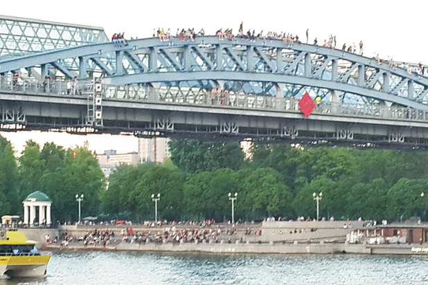 На Крымском мосту подростки устроили опасные игры