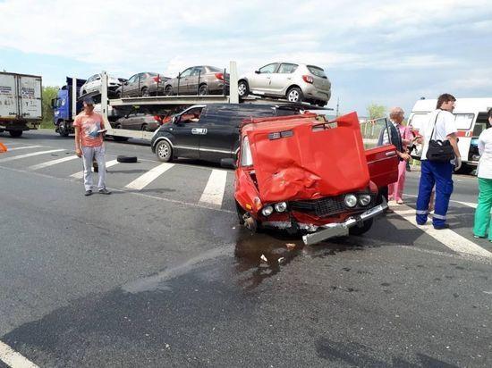 """В Сызранском районе """"шестерка"""" врезалась в """"Лексус"""" и автовоз"""