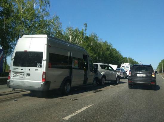 Маршрутка и четыре автомобиля столкнулись в Чебоксарах, пострадали двое