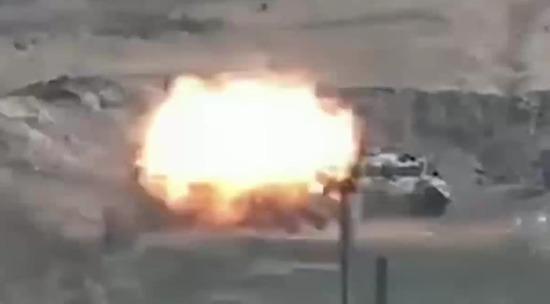 Видео - Политика - Подбитый азербайжданский танк попал на видео - Московский Комсомолец