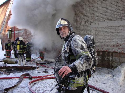 Пожарного завалило обломками во время тушения