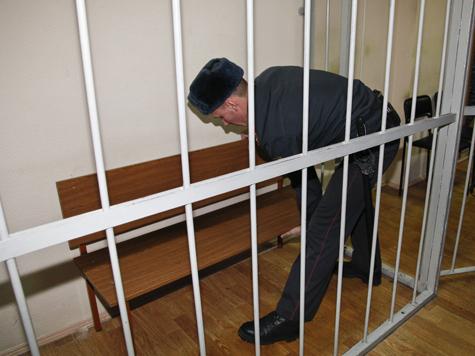 Полицейского-садиста отпустили домой