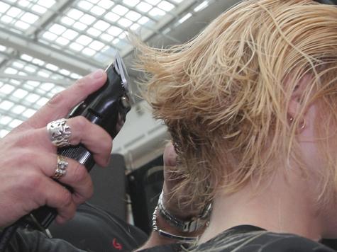 В салонах красоты начали лечить волосы огнем