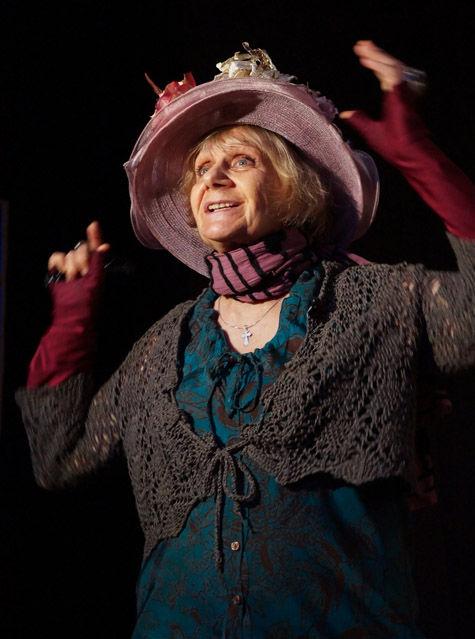 Женщина в шляпе с видом на кабаре