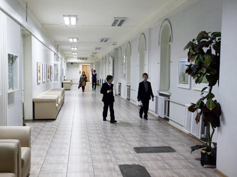 За право носить имя летчика Лебедева поборются две школы