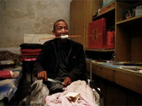 Китаец не смог заплатить за лечение и сам себе сделал хирургическую операцию
