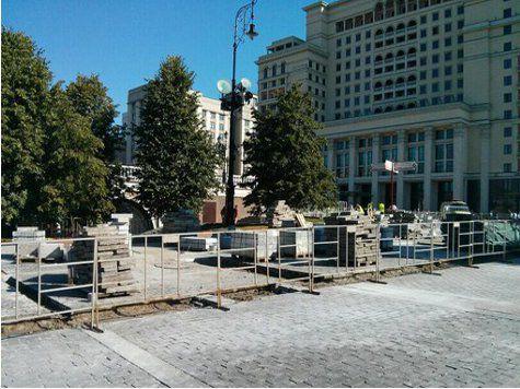 На Манежной площади внезапно начались работы по замене плитки