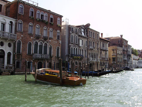 Венецианским гондольерам запретят петь днём и плавать вне очереди