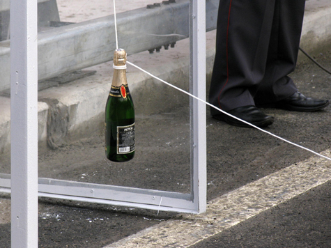 Россияне пьют шампанское за трезвость