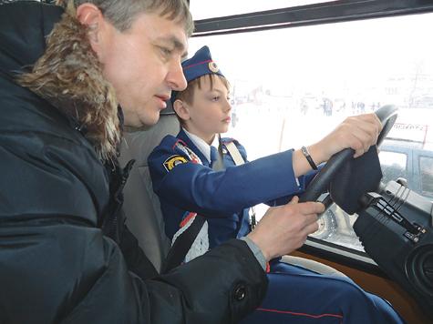 Детей посадили за руль автобуса