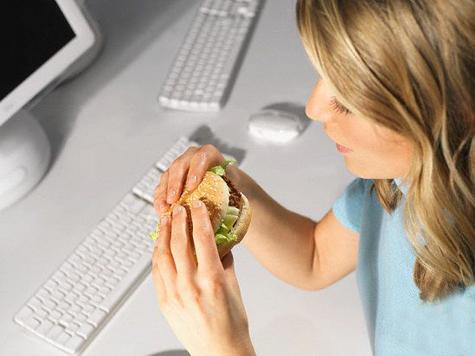 Женщины чаще мужчин жертвуют работой из-за обеда