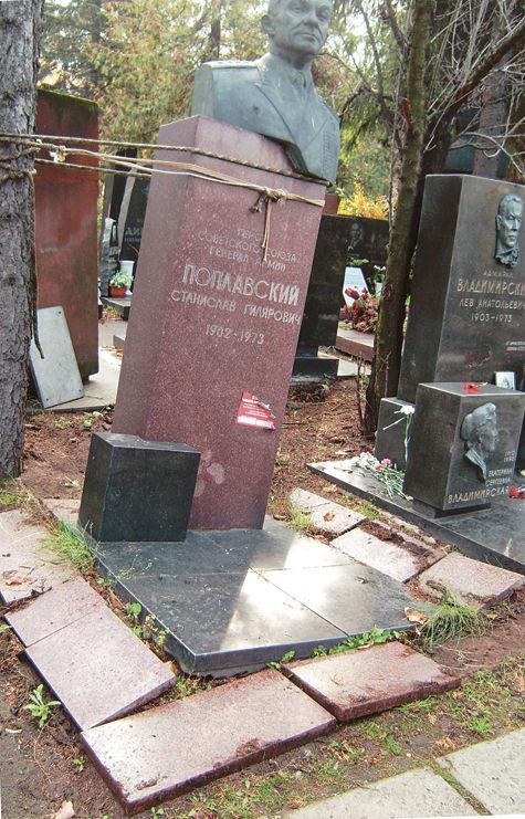 «Буйный» памятник связали по рукам и ногам