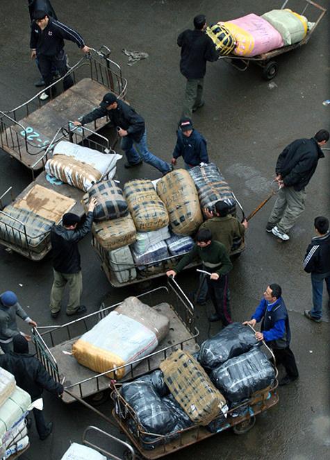 В Москве сотрудники ФМС совместно с националистами отлавливают таджиков