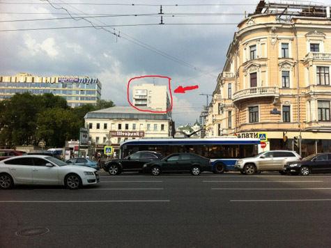 Рабочие проткнули крышу дома рекламным щитом