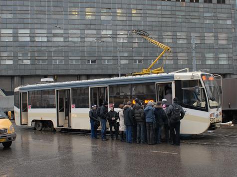 Водитель трамвая отсеивала пассажиров дверями