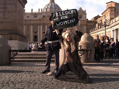 Активистки FEMEN показали грудь Папе Римскому. ВИДЕО