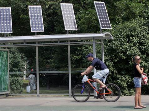 Еще в июле 2010 года в Москве появились остановки с солнечными батареями.