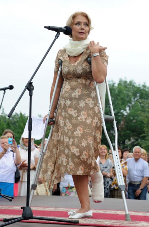 Перелом ноги не помешал Ирине Алферовой открыть памятник. ФОТО