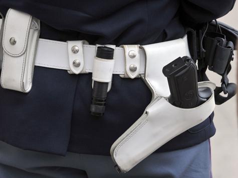 Полицейский избивал и унижал задержанного