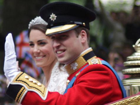К рождению принца Кембриджского в Британии открыли выставку монарших распашонок и чепчиков