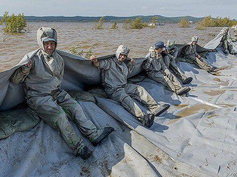 Спасатели защитили 5-километровую дамбу своими телами
