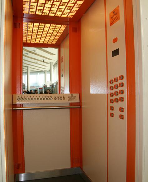 Говорит и показывает лифт
