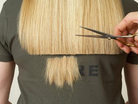 В салоне красоты москвичке вместе с волосами покрасили лицо и одежду