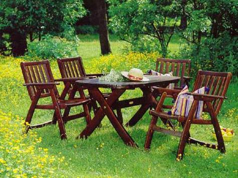 садовая мебель из акации красива, но служит намного меньше, сосна же для садовых участков не подходит совсем