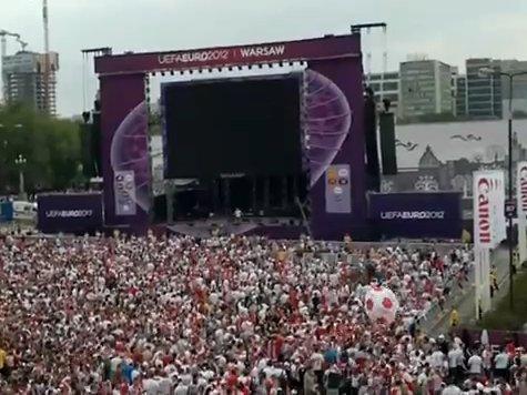 Полиция Варшавы открыла огонь на марше российских фанатов. ВИДЕО