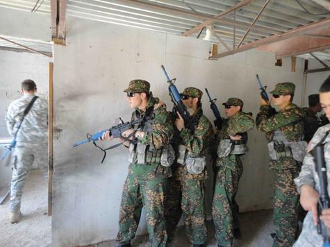 ВДВ и «зеленые береты» учатся нападать на арабов