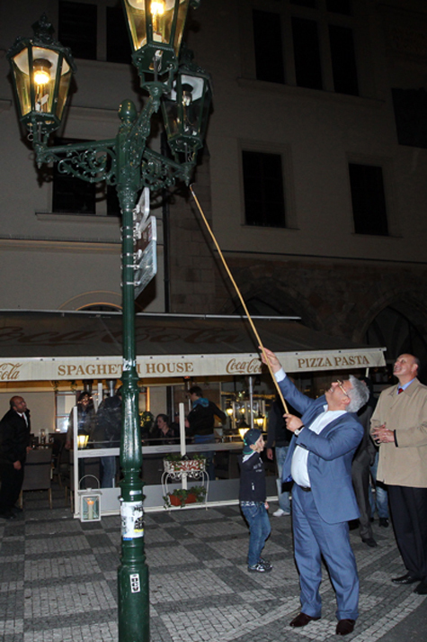 Московские газовщики зажгли пражские фонари