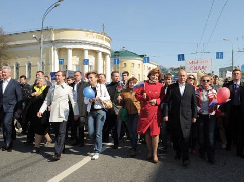 Первомайское шествие возглавили Медведев и Путин