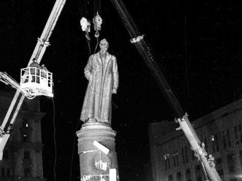 Надписи на памятнике Дзержинскому признали исторической ценностью