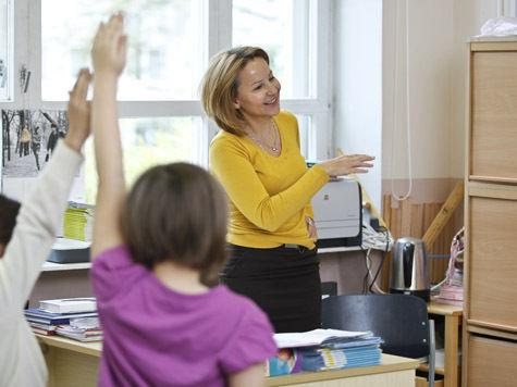 Школьных учителей научат одеваться скромно