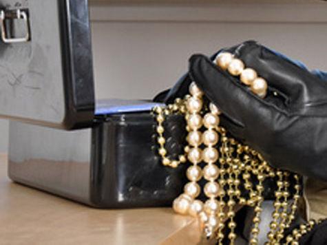 Ювелирный салон стал общим местом работы продавщицы и ее мужа-вора