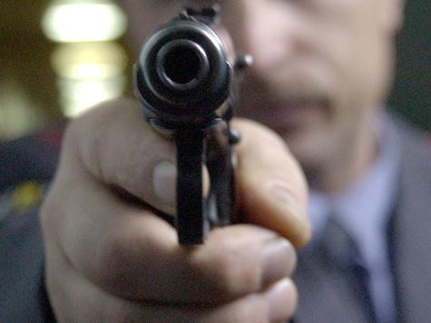 Налетчик прокладывал пистолетом путь между покупателями