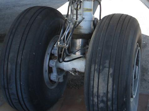 Иранский пилот посадил самолет без переднего шасси