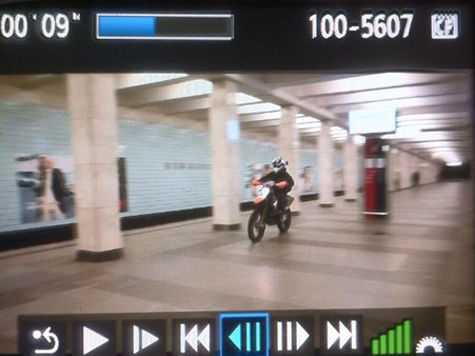 Байкер, гонявший на мотоцикле по станции метро, оказался отличником и примерным сыном