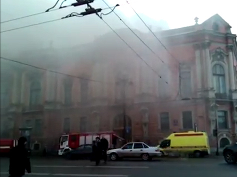 На Невском полыхает дворец управделами президента. ВИДЕО