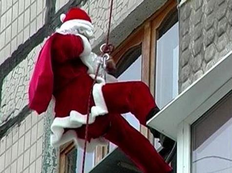 Дед Мороз вложит мешок с подарками в посылку