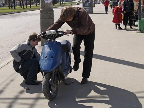 Мужчина отправился на экскурсию по Красной площади на скутере