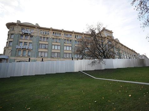 Рядом с Кремлем растет еще одна стена?