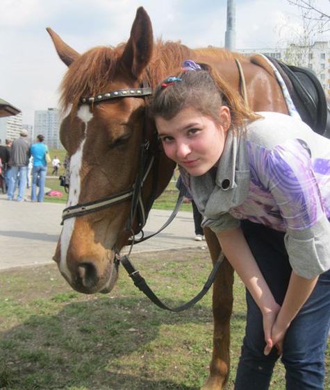 Лошадь заслонила наездницу от удара током