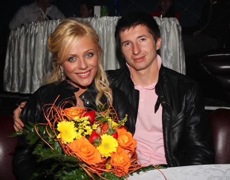 Началова еще не развелась с футболистом, но уже нашла хоккеиста
