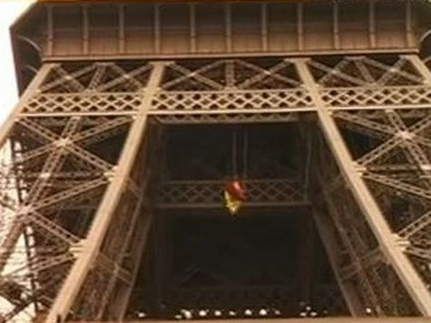 Активисты Greenpeace устроили акцию на Эйфелевой башне
