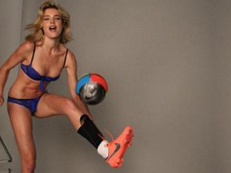 Наталья Водянова сыграет в футбол в нижнем белье