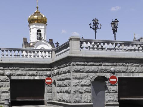 Ограда храма Христа Спасителя пустилась в пляс
