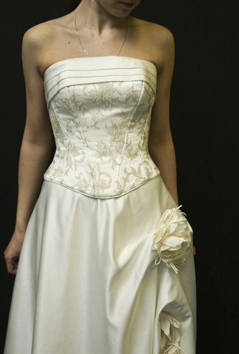 На претензии новобрачной в химчистке посмотрели сквозь дыры на свадебном платье